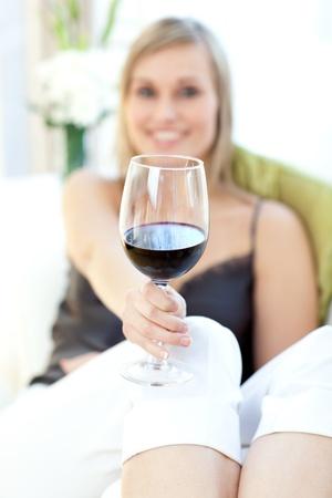 rozradostněný: Sálavé žena pití červeného vína