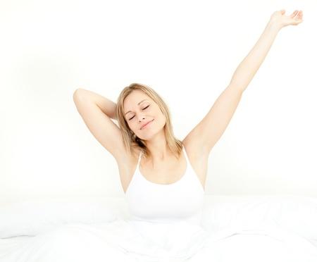 levantandose: Mujer resplandeciente de estiramiento, mientras que levantarse Foto de archivo