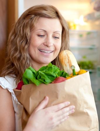 bolsa supermercado: Encantadora mujer sosteniendo una bolsa de supermercado Foto de archivo