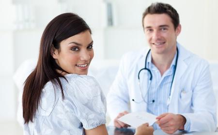 consulta m�dica: M�dico hombre dando una receta a su paciente Foto de archivo