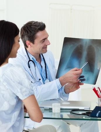 chest x ray: Medici analizzando una radiografia