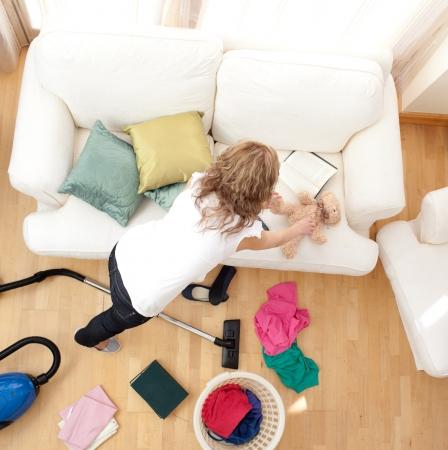 Blong giovane donna facendo lavori domestici