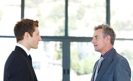 deux personnes qui parlent: Les hommes d'affaires parlent les uns aux autres Banque d'images