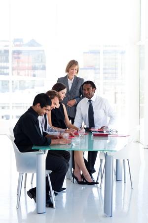 Business team bestuderen van een nieuw plan