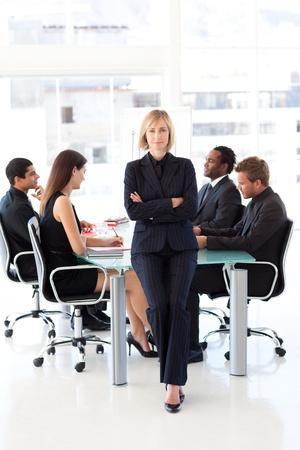 female boss: Serious weibliche F�hrungskraft in die Kamera schaut