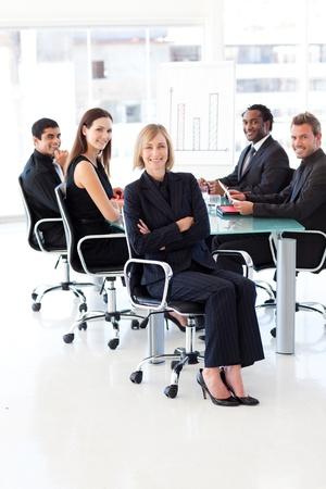 reunion de trabajo: Equipo de negocios sonriente sentado en una presentaci�n Foto de archivo