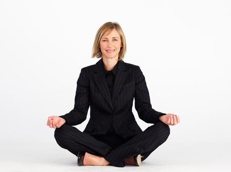 mujer meditando: Empresaria haciendo ejercicios de yoga Foto de archivo