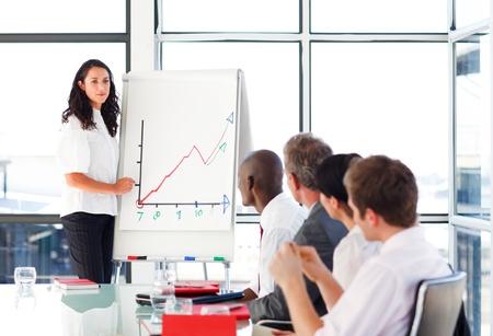 formacion empresarial: Businessswoman informar a las cifras de ventas en una reuni�n