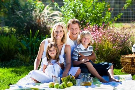 familia pic nic: Linda familia disfrutando de un picnic Foto de archivo