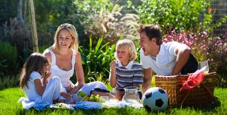 pique nique en famille: Jeune famille de s'amuser dans un pique-nique