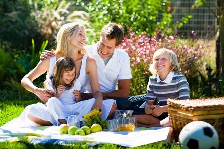familia picnic: Familia feliz jugando juntos en un picnic Foto de archivo