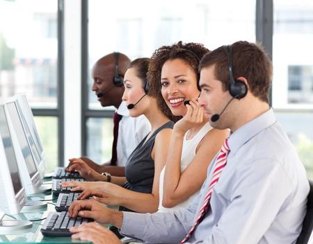 call center agent: Sorridente imprenditrice lavora in un call center