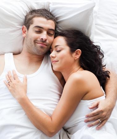 enamorados en la cama: Bonita pareja acostado en una cama