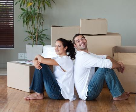 Helle Paar mit dem Auspacken Boxen Umzug in ein neues Haus