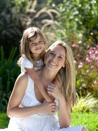 madre e hijo: Bonita familia divertirse en un parque