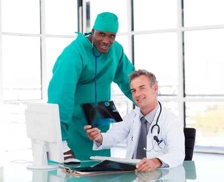profesional: Senior doctor and young surgeon studying an X-ray
