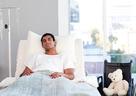 Hispanic Patient ruht im Bett