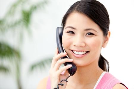 전화에 얘기하는 쾌활 한 사업가의 초상화