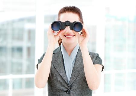 쌍안경을 사용하는 예쁜 사업가