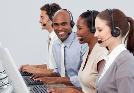 Un grupo empresarial diversificado con auriculares