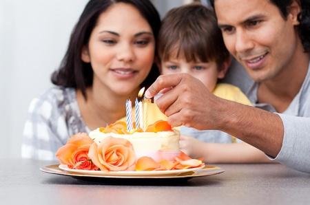 Gl�ckliche Familie einen Geburtstag feiern zusammen Lizenzfreie Bilder
