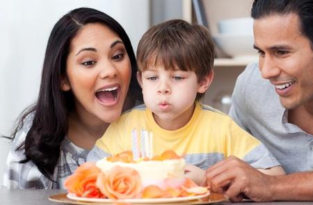 Erstaunt Familie feiern einen Geburtstag gemeinsam