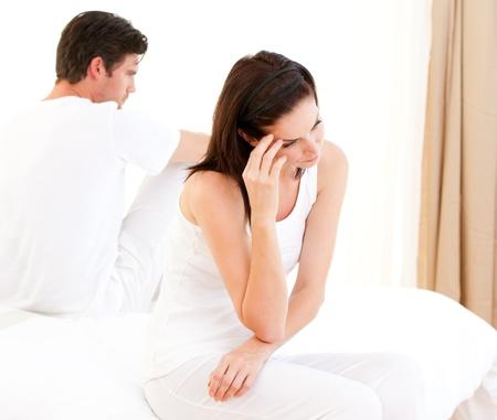 mujeres tristes: Infeliz pareja tener un argumento  Foto de archivo