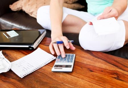 woman issues: Hermosa mujer haciendo contabilidad