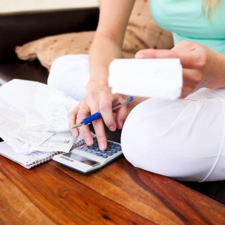 schuld: Jonge vrouw doet de boekhouding