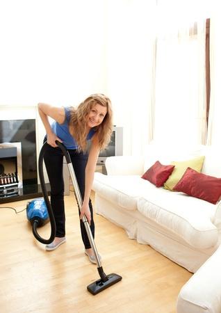 orden y limpieza: Sonriente mujer uso aspiradora