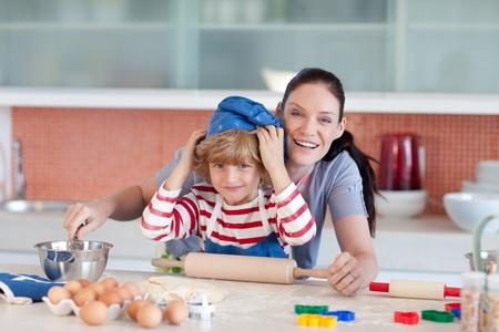 mere cuisine: Boy s'amuser avec sa m�re Banque d'images