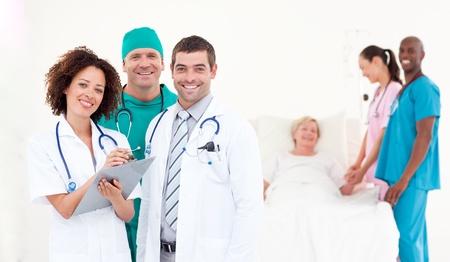 Team van artsen en verpleegkundigen werken aan een ziekenhuisafdeling