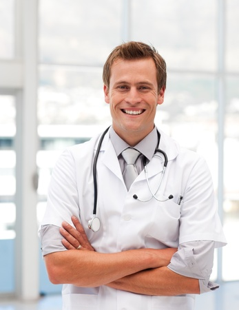 Guapo médico sonriendo a la cámara Foto de archivo