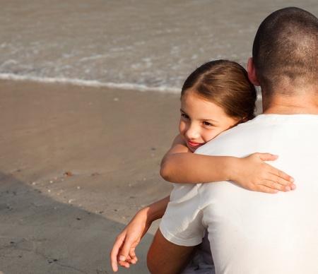 padre e hija: Retrato de una joven hija abrazando su padre