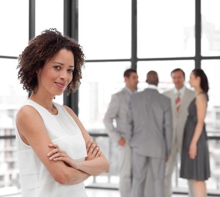 businesswoman suit: Sonriendo armas empresaria doblada con sus colegas