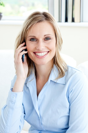 human pile: Bel imprenditrice sicuro utilizzando un telefono cellulare