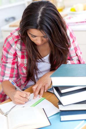 deberes: Mujer joven haciendo sus deberes