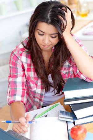 deberes: Estudiante estresado haciendo sus deberes Foto de archivo