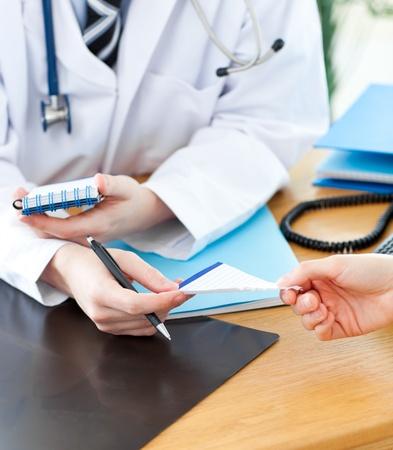 consulta m�dica: Un m�dico dar una receta a su paciente Foto de archivo