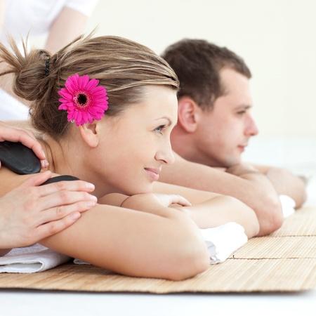 spa stone: Fr�hliche junge Paar genie�t einer Spa-Behandlung