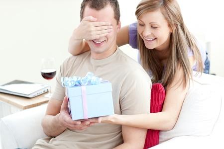 bounty: Mujer sonriente dando un regalo a su novio