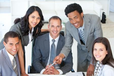 reuniones empresariales: Gente de negocios trabajan juntos en una Oficina Foto de archivo