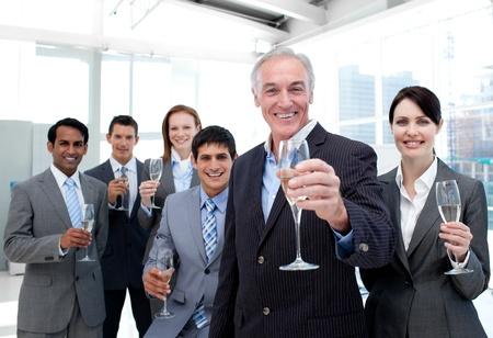 saúde: unidade de negócio diversa feliz que brinda com Champagne