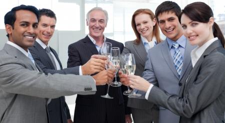 negocios internacionales: Gente de negocios internacional alegre celebrando un �xito