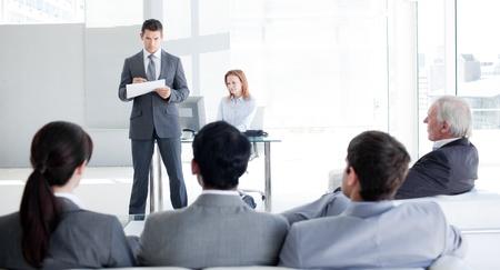 Teamleader mluvil s jeho kolegové Reklamní fotografie - 10247927