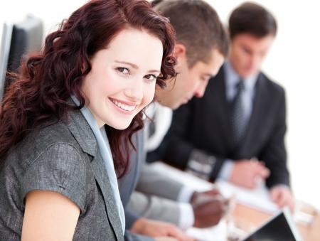 negocios internacionales: Buinesswoman conf�a sonriendo a la c�mara en una reuni�n