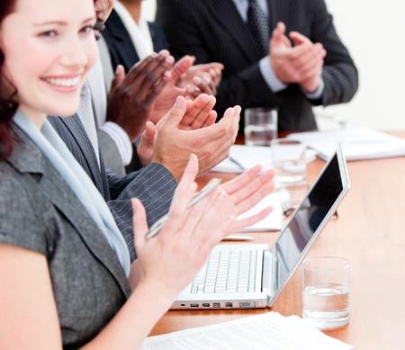 jovenes empresarios: Empresarios alegre aplaudiendo una buena presentaci�n Foto de archivo