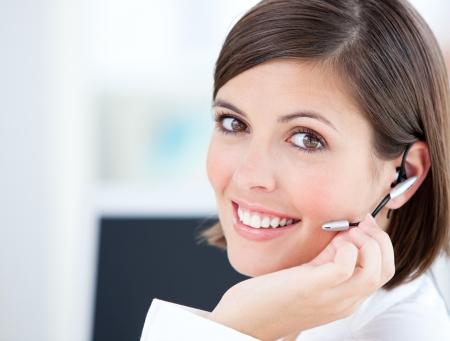 web service: Empresaria Linda hablar con clientes en frente de su equipo Foto de archivo