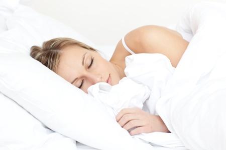 Sch�ne junge Frau, die auf ihrem Bett schlafen  Lizenzfreie Bilder