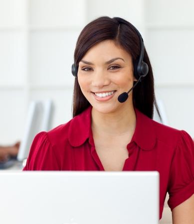 Desenfadado representante de servicio al cliente mediante auriculares
